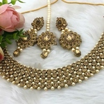 necklace with earings and maang tikka