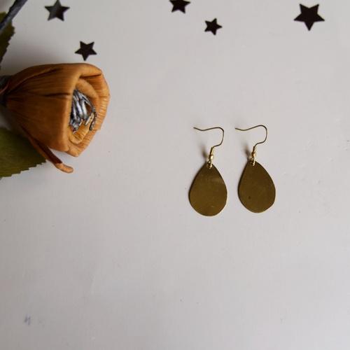 Drop-shaped brass earring