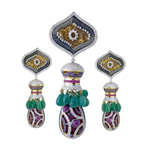 An exquisite woven pendant set ,enriched with embroidered precious elements boasting of with multifunctional wearability.