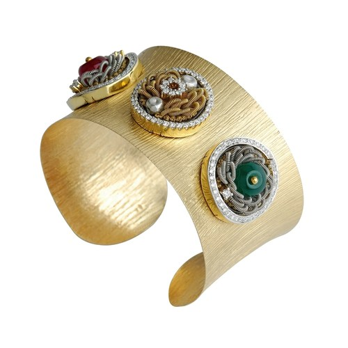 White and yellow gold cuffs, embellished with precious elements, using the art of embroidery.