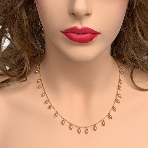Front view of model wearing RIZZO peach rice pearl chain necklace